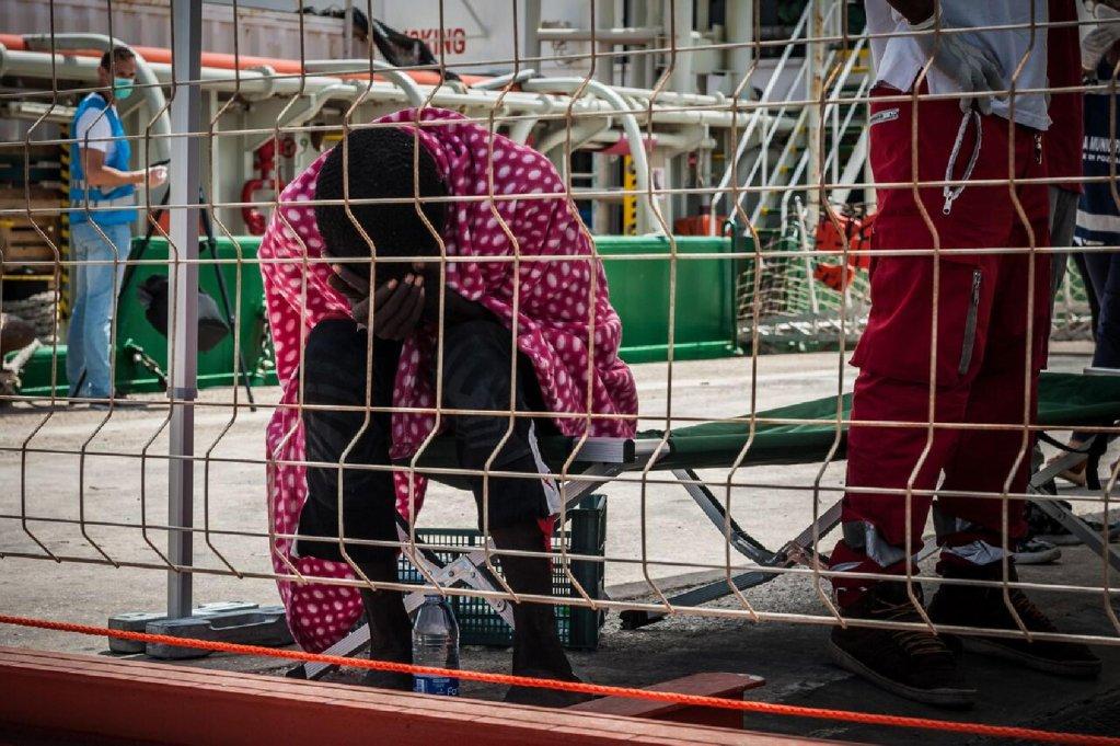 ansa / مهاجر تم إنقاذه من الغرق في البحر، وإنزاله في بوزالو بصقلية. المصدر: أوكسفام