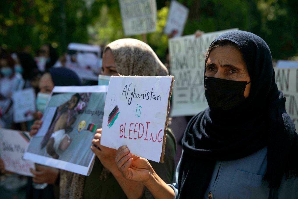 Manifestation de soutien organisée par des réfugiés afghans déjà présents en Grèce, le 28 août 2021 à Athènes. Crédit : AP