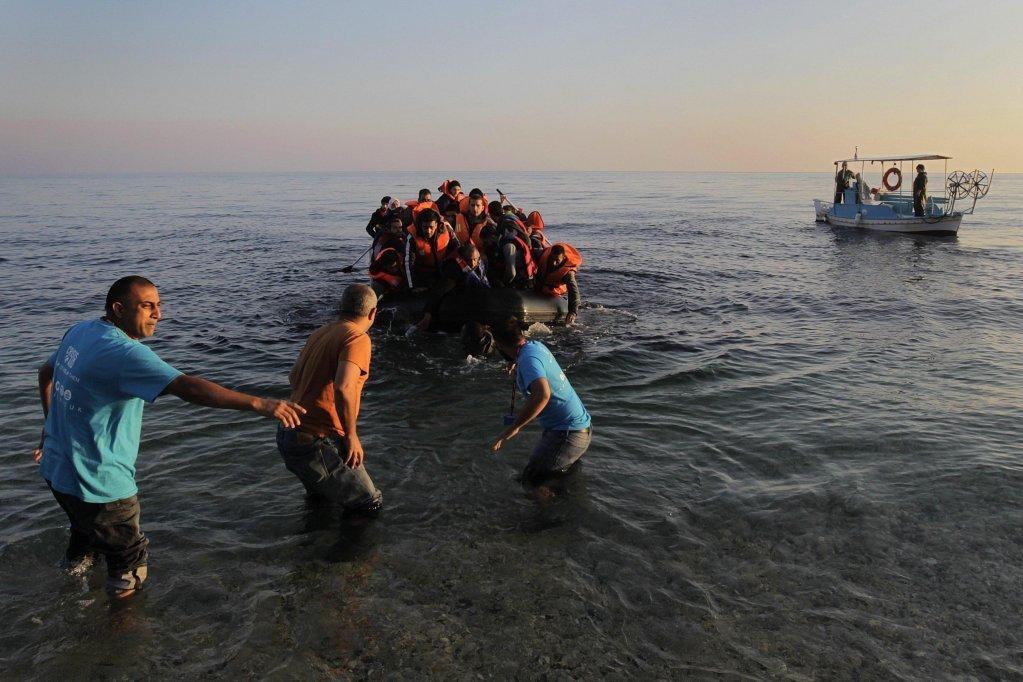 د یونان په لېسبوس ټاپو کې کب نیوونکي له نویو رسېدلو کډوالو سره مرسته کوي. کرېډېټ: EPA / ORESTIS PANAGIOTOU