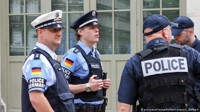 صورة من الأرشيف لرجال الشرطة الألمانية أثناء مهمة أمنية