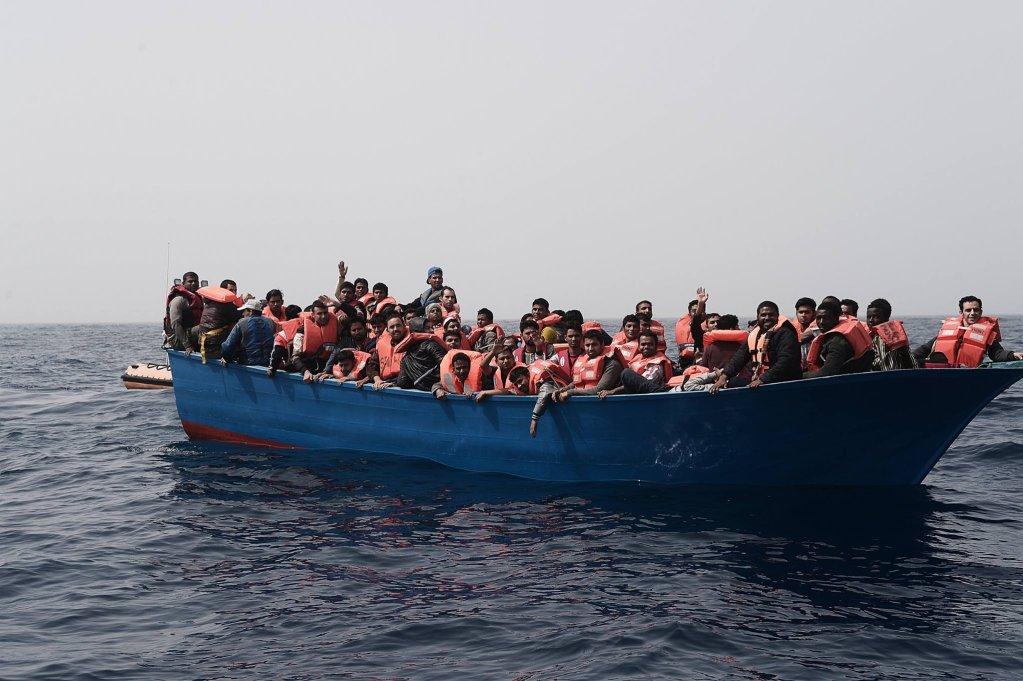 عکس از آرشیف دویچه وله/ گروهی از پناهجویان سوار بر یک قایق در بحیره مدیترانه.
