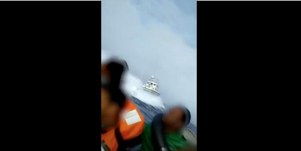 Un navire des garde-côtes grecs tourne autour d'une embarcation de migrants en mer Egée et provoque d'énorme vagues qui déstabilise le canot. Crédit : InfoMigrants