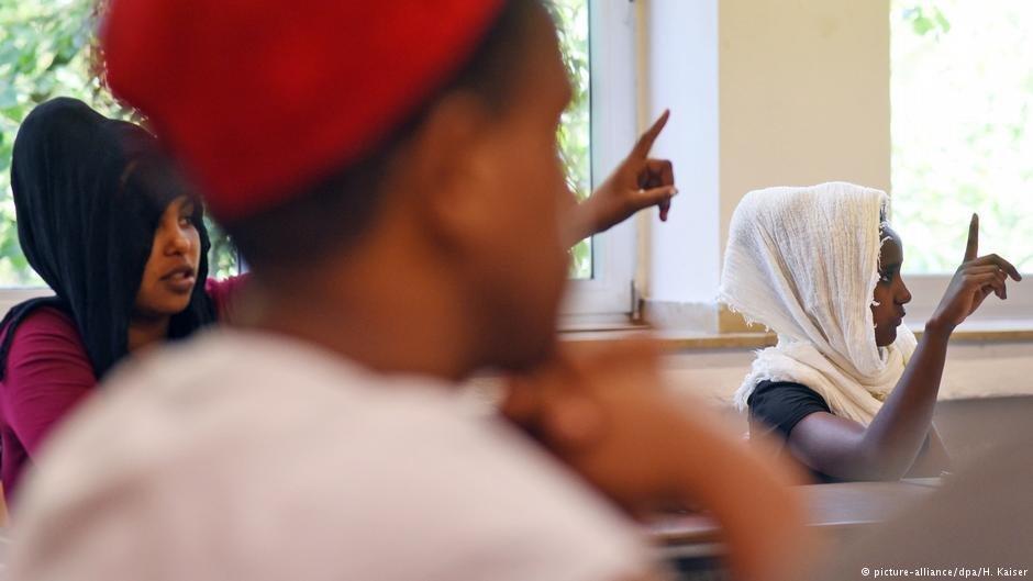 জার্মান ভাষা কোর্সে অংশ নেয়া শরণার্থীরা। ছবি: পিকচার-অ্যালায়েন্স/ডিপিএ/ এইচ.কায়সার