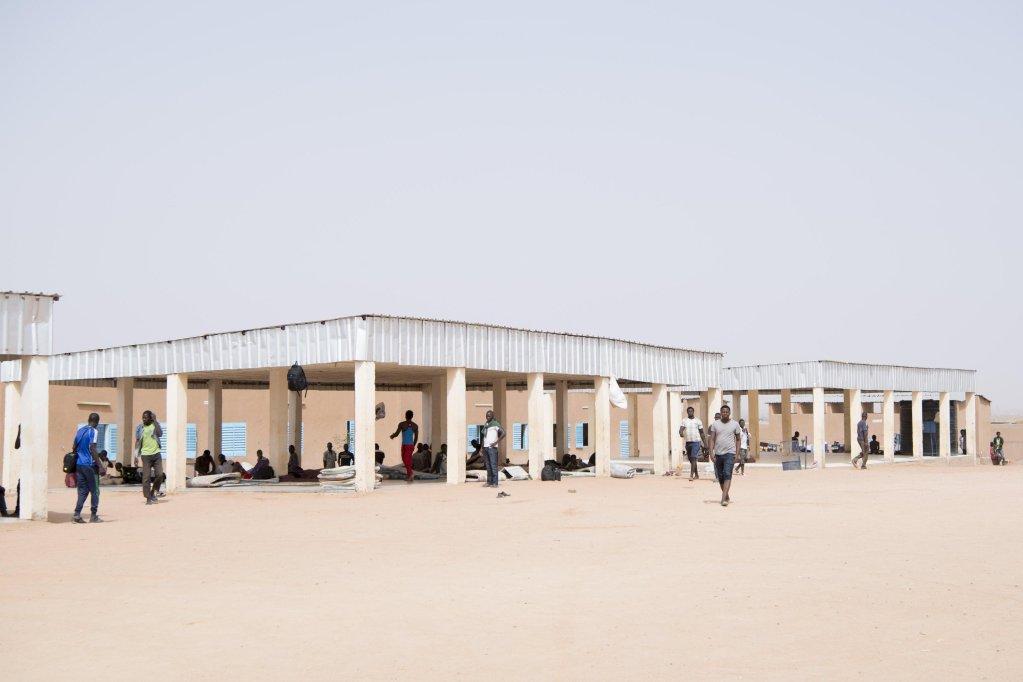 مهاجرون يتجمعون في أحد مراكز الاستقبال التابعة لمنظمة الهجرة الدولية في مدينة أجاديز بالنيجر. المصدر: إي بي أيه/ أنتوني أنيكس.