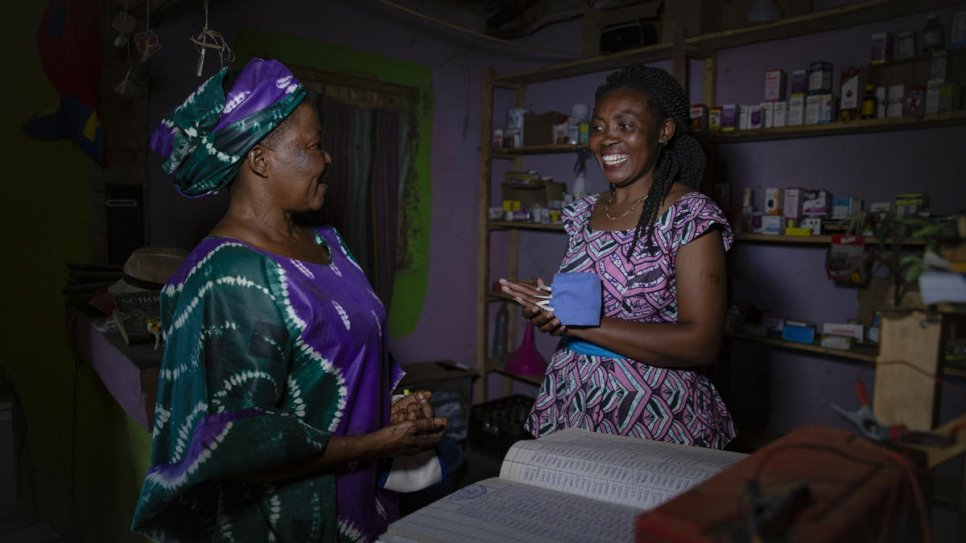اللاجئة الكونغولية فوراها سيرو أوليف (إلى اليمين) تتحدث لفرانسوا سابوني تشيكوندا، الفائزة بجائزة نانسن للاجئين عن إفريقيا، في مستوطنة ناكيفالي في أوغندا. المصدر: المفوضية العليا للاجئين/ إسثر روث مبابازي.