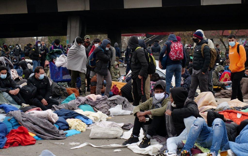 مهاجرون ينتظرون إخلاءهم من مخيم سان دوني شمال باريس. 17 نوفمبر 2020. المصدر/رويترز