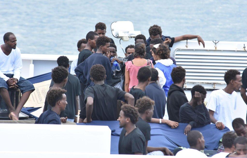 ANSA / مهاجرون على متن السفينة ديتشيوتي. المصدر / أنسا / اورييتا سكاردينو
