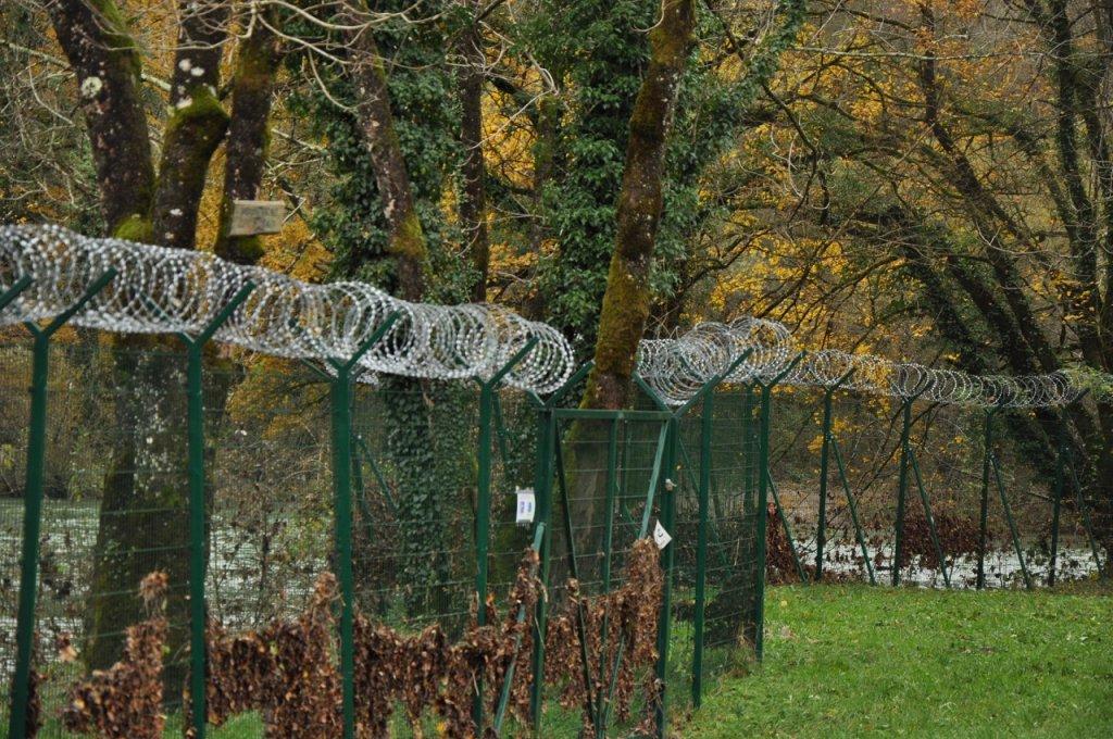 أسلاك شائكة وضعتها السلطات السلوفينية للحد من عبور المهاجرين. الصورة: دانا البوز