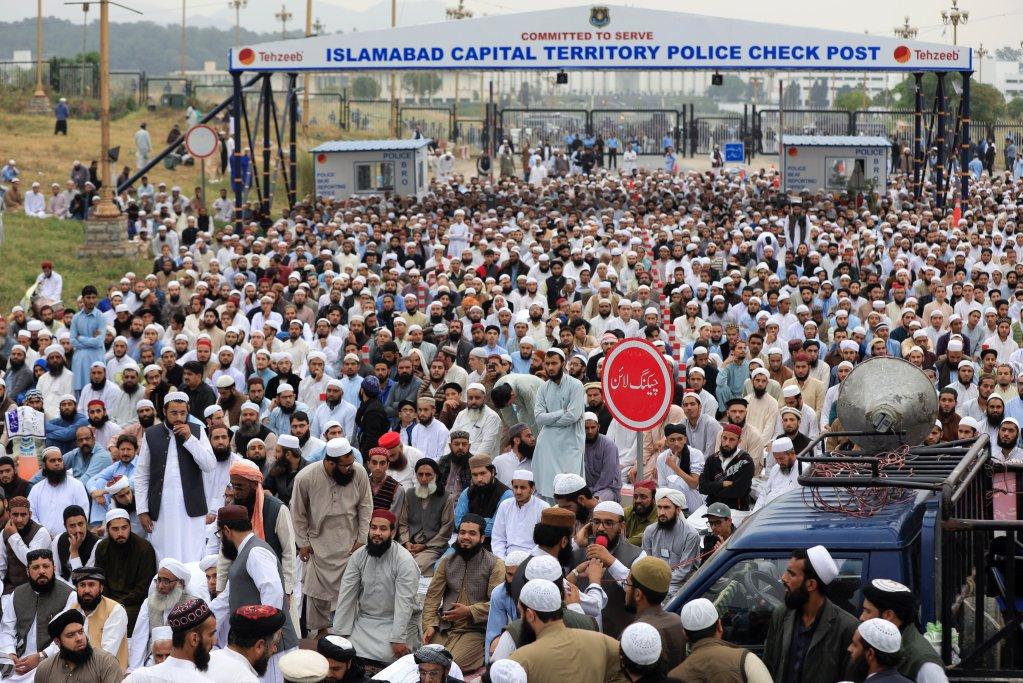 تظاهرات احزاب بنیادگرا در پاکستان علیه لغو حکم اعدام آسیه بی بی، ٢ نومبر ٢٠١٨. عکس از خبرگزاری رویترز