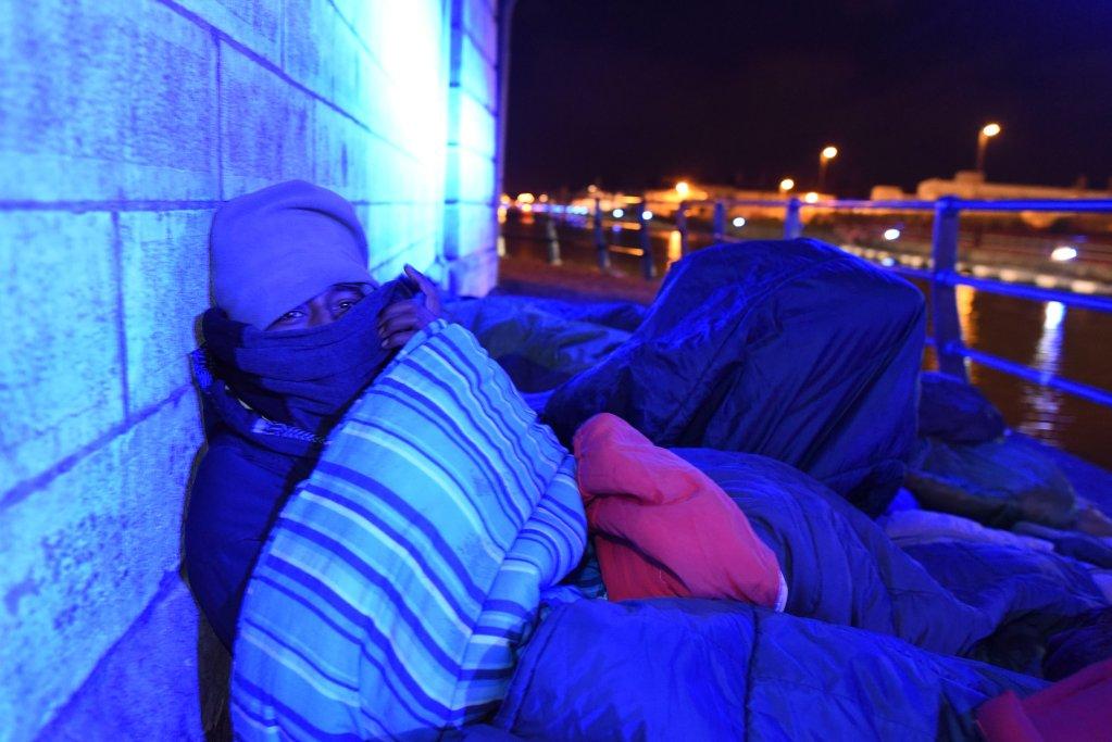 Un migrant dort sous un pont, à Calais. Crédit : Mehdi Chebil