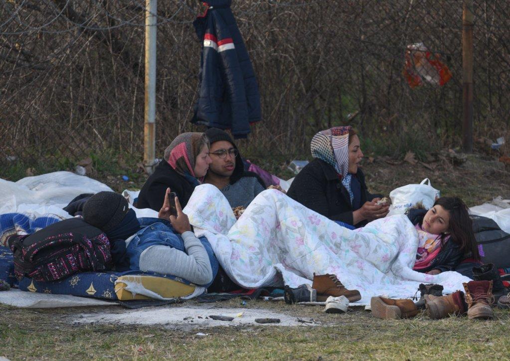Des migrants épuisés allongés sur la pelouse à l'extérieur de la gare routière d'Edirne.  ©Mehdi Chebil