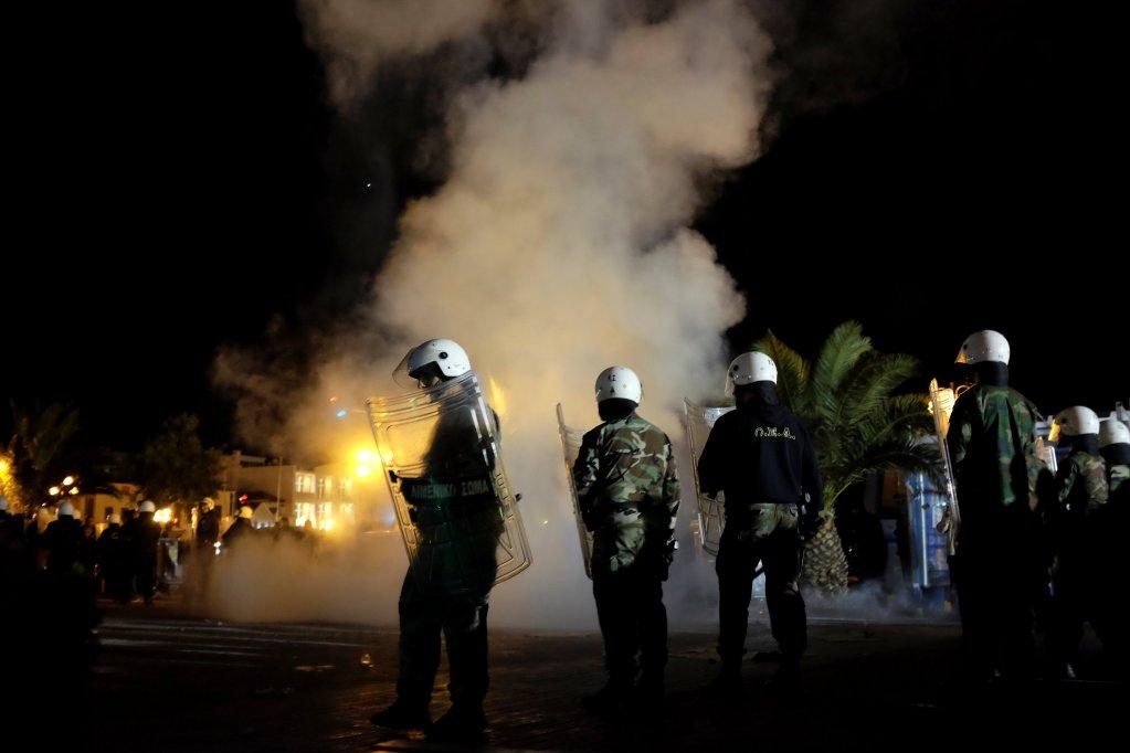 REUTERS/Elias Marcou  La police anti-émeute tente de séparer des militants d'extrême droite et des migrants lors d'affrontements à Mytilène, sur l'île de Lesbos, le 22 avril 2018.
