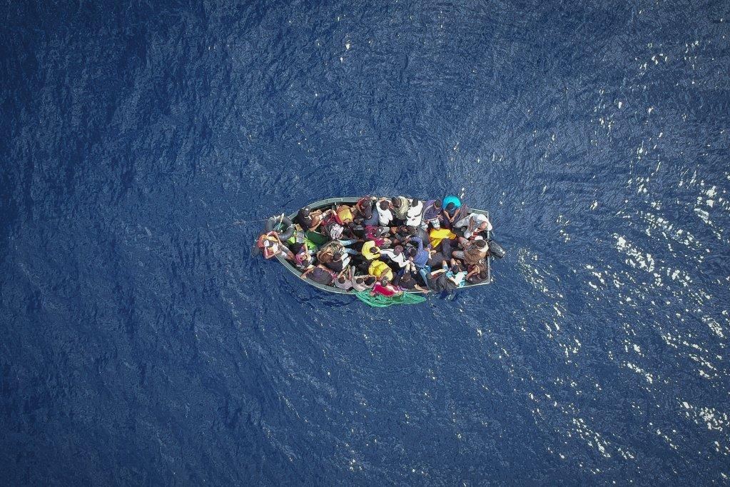 أ ف ب / أرشيف | صورة التقطت من الجو لزورق يحمل مهاجرين في مضيق جبل طارق قبل أن يتم إنقاذهم في 8 أيلول/سبتمبر 2018