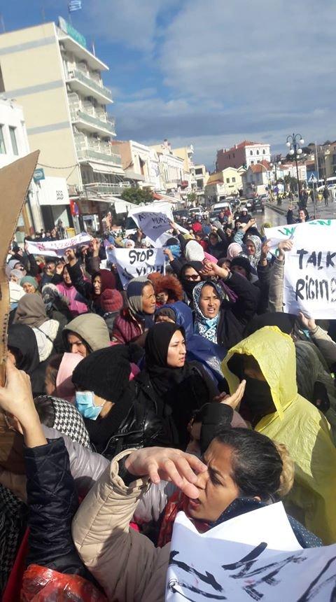 تېره ورځ د یونان د موریا کمپ سلګونو ښځینه اوسېدونکو دغه کمپ کې د کډوالو د ژوند سخت وضعیت پر وړاندې لاریون وکړ. کرېډېټ: افغان کډواله سما جویا