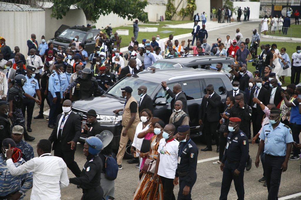 موكب رئيس ساحل العاج السابق لوران غباغبو يغادر مطار أبيدجان في 17 حزيران/ يونيو 2021، بعد وصوله للبلاد قادما من بروكسل، إثر انتهاء فترة نفيه. المصدر: إي بي إيه/ ليغنان كولا.