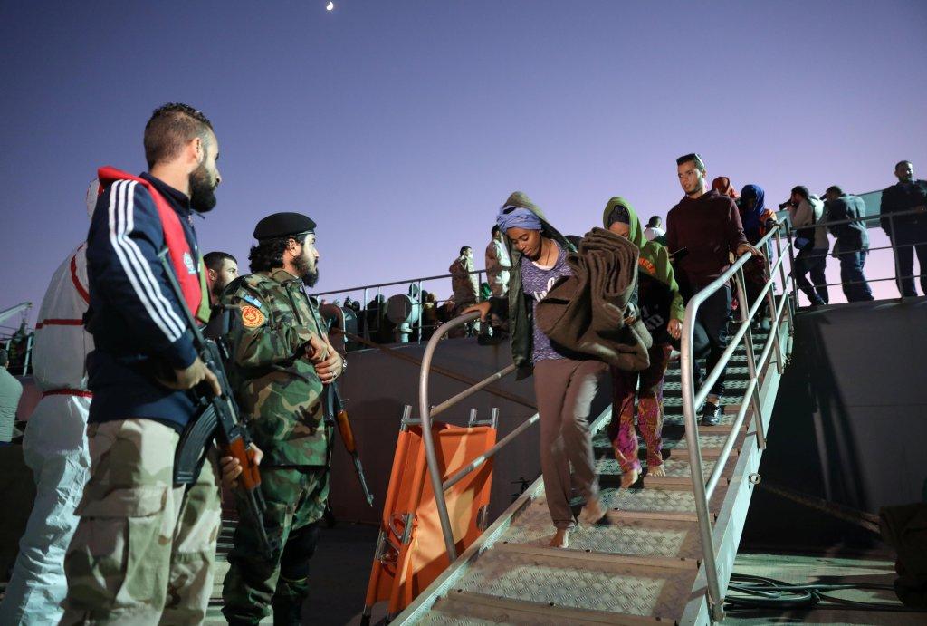 Des garde-côtes libyens sur une base navale à Tripoli, après avoir secouru des migrants, le 24 novembre 2017. Crédit : Reuters