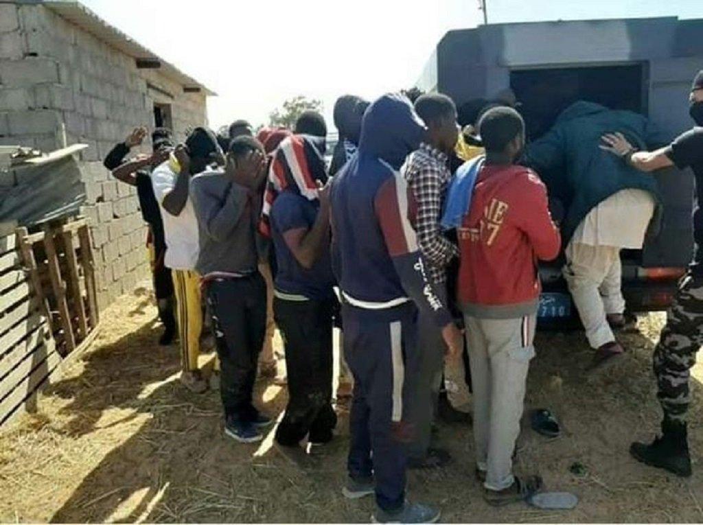 نقل مجموعة من المهاجرين ممن تم اعتراضهم في المتوسط إلى أحد مراكز الاحتجاز. الصورة أرسلها لنا صاحب الشهادة