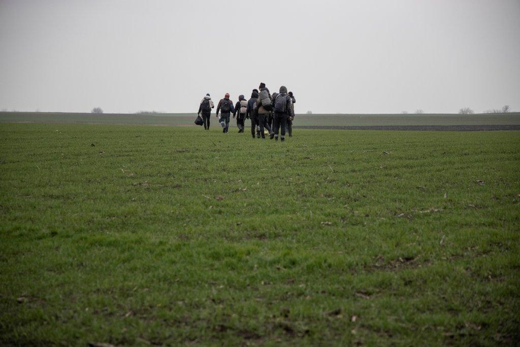 گروهی از مهاجران در مرز رومانیا و صربستان. عکس: رویترز