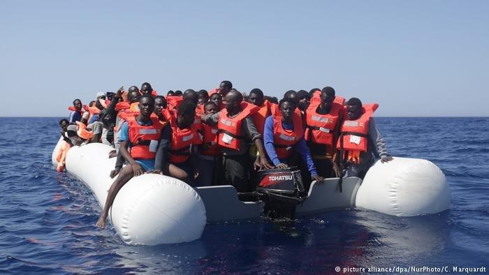Image d'archives de migrants en mer Méditerranée. Crédit : Picture alliance
