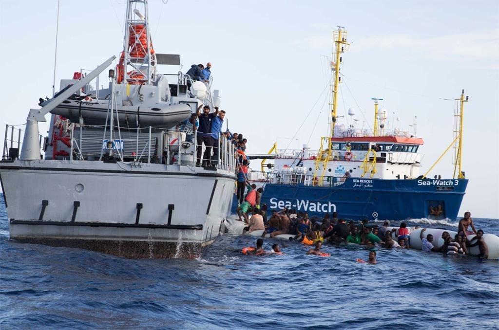 """ansa / إحدى مراحل عملية إنقاذ مهاجرين ليبيين بواسطة السفينة """"سي ووتش 3"""". المصدر: منظمة """"سي ووتش""""."""