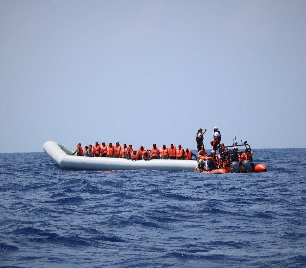 "ANSA / طاقم سفينة ""أوشن فايكنج""، التابعة لمنظمة ""أطباء بلا حدود""، يقوم بإنقاذ مهاجرين قرب الساحل الليبي في البحر المتوسط. المصدر: إي بي إيه/ هانا والاسي بومان."