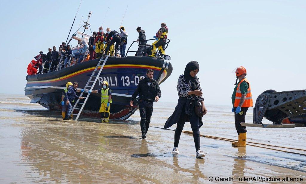 Un groupe de migrants débarque à Dungeness, dans le Kent (sud du Royaume-Uni), après avoir traversé la Manche, le 20 juillet 2021. Crédit : Picture alliance/