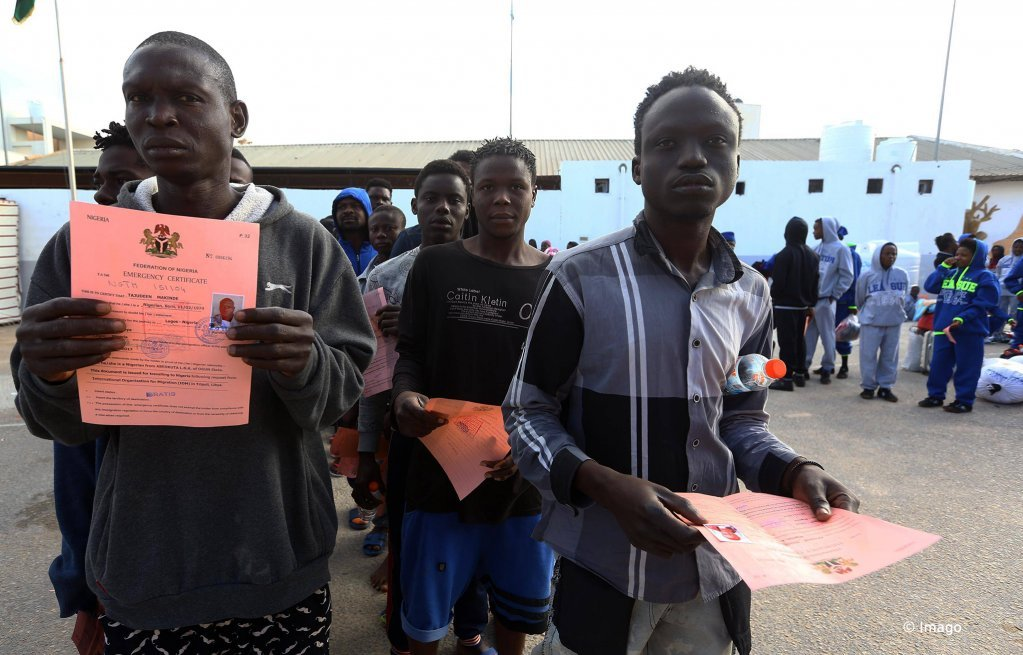 Des migrants africains font la queue devant un centre de détention en Libye. Ils attendent le bus qui les ramènera dans leurs pays d'origine, novembre 2017 Crédit : Imago
