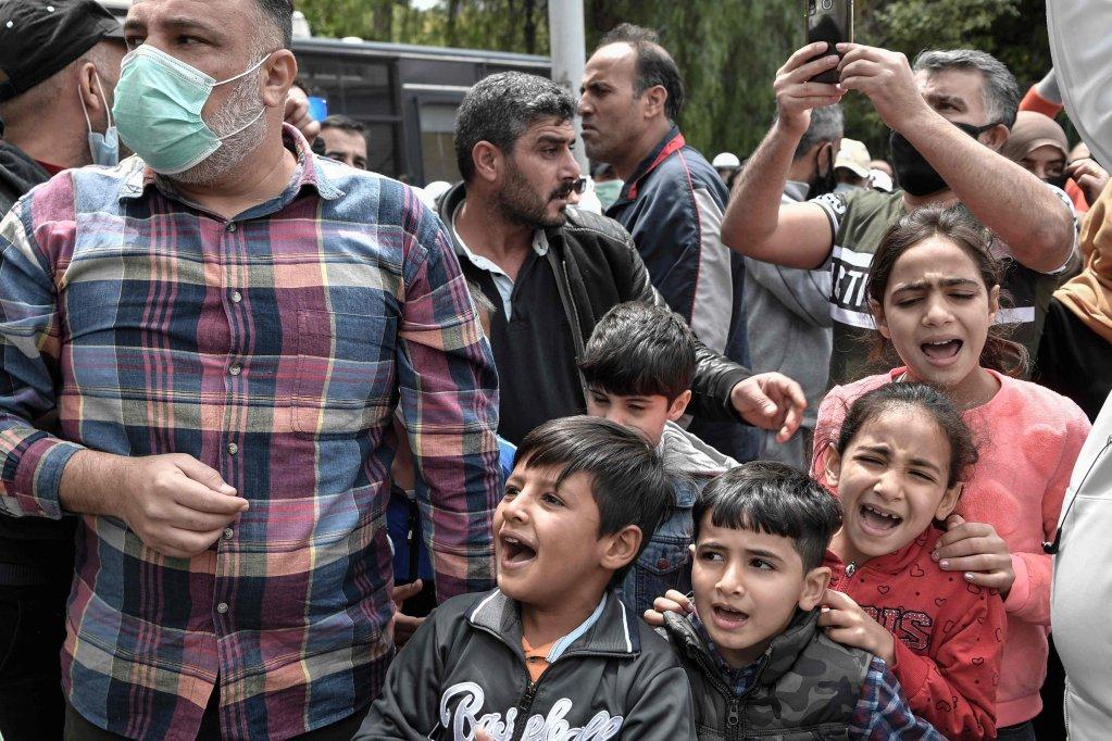 ANSA / لاجئون وأطفالهم خلال احتجاج خارج مكاتب الاتحاد الأوروبي في أثينا في 27 أيار/ مايو 2020. المصدر: لويسا جولياماكي / أ ف ب.