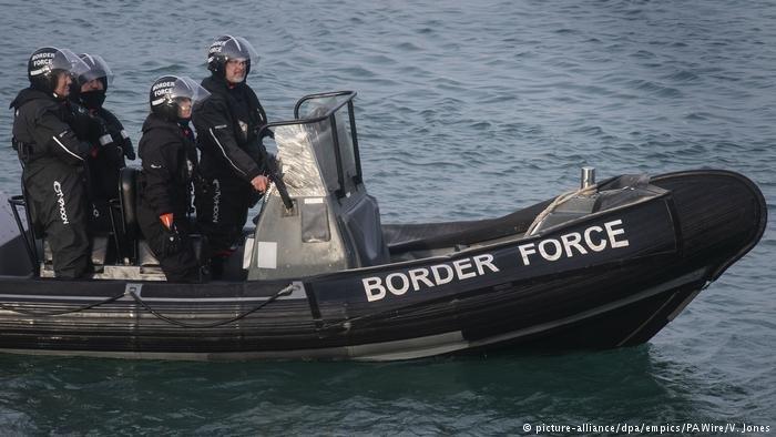 قوات حرس الحدود البريطاني تحاول التصدي  للمهاجرين الذين يحاولون الوصول  إلى البلاد بشكل غير قانوني
