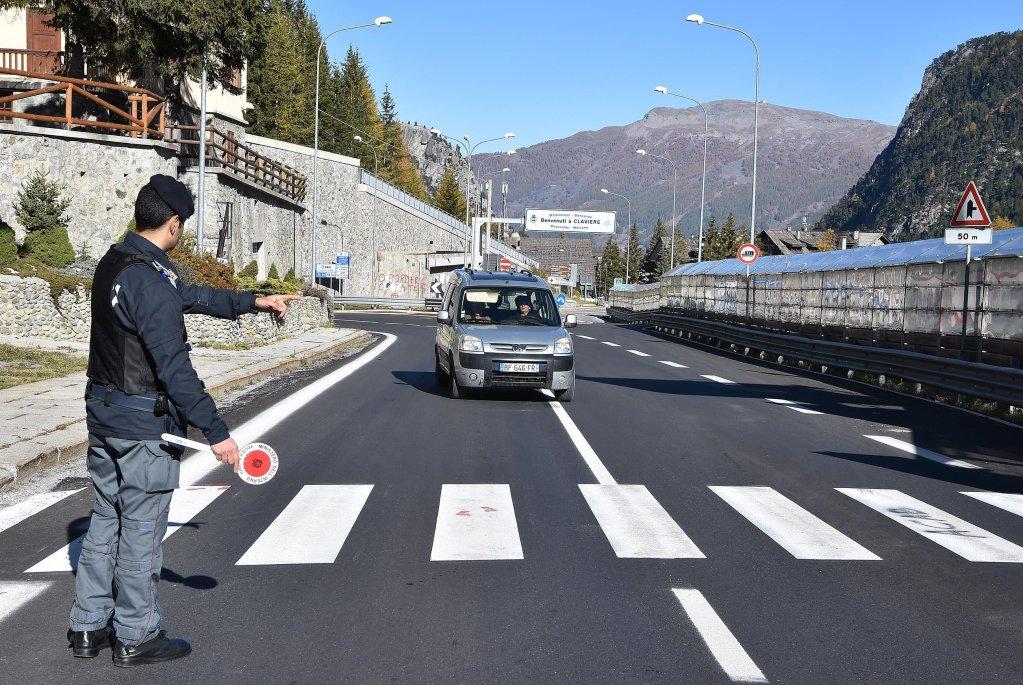 ANSA / الشرطة الإيطالية تقيم حاجزا لفحص السيارات على الحدود مع فرنسا. المصدر: أليساندرو دي ماركو.