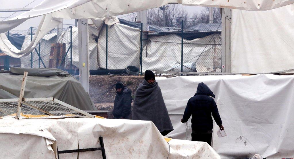 Migrants walk in smoke during a winter day at the Lipa refugee camp outside Bihac, Bosnia and Herzegovina, January 1, 2021 | Photo: EPA/FEHIM DEMIR