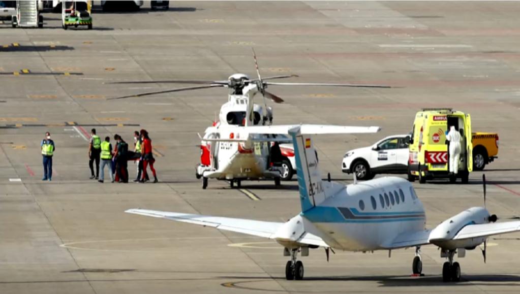 طائرة مروحية تحط في مطار جزر الكناري بعد إنقاذ امرأة واحدة من أصل 39 شخصا. المصدر: رويترز