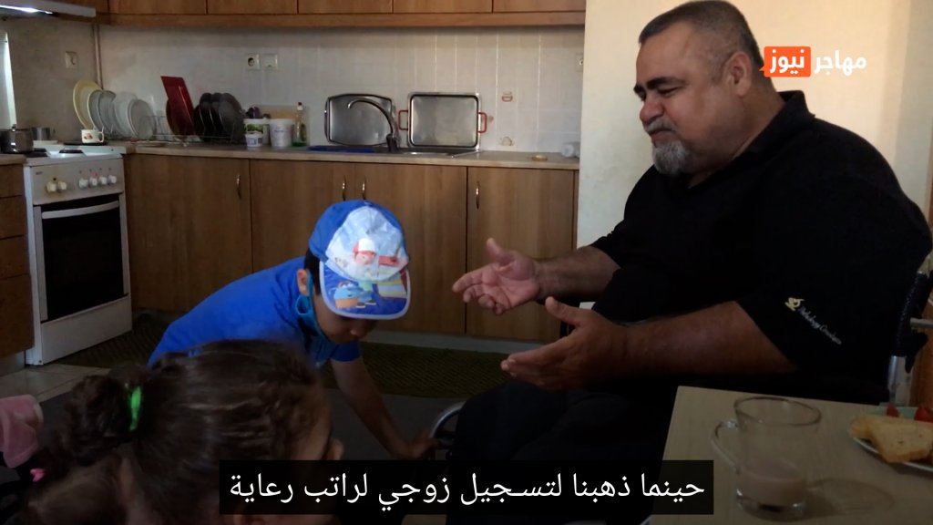 المهاجر العراقي صباح خضير مع عائلته في أثينا