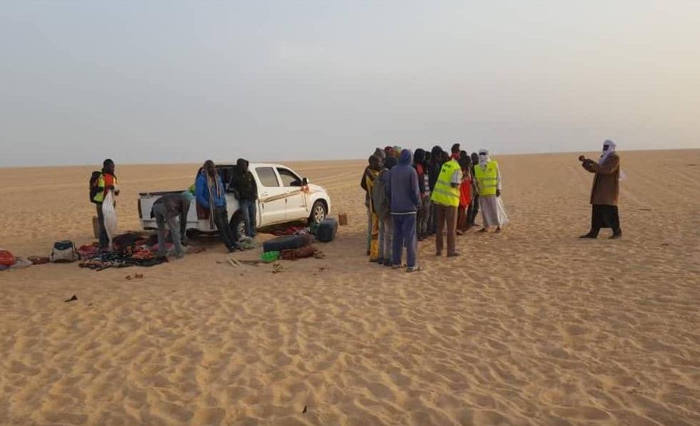 """Une opération de secours dans le désert du Ténéré, surnommé """"le désert des désert"""" pour ses conditions extrêmes. Crédit : Alarme Phone Sahara"""