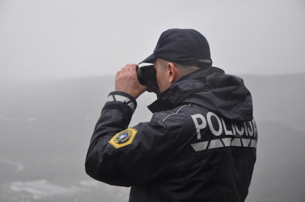 A Slovenian police officer monitors the Italian border in the Koper region | Photo: Dana Alboz/InfoMIgrants