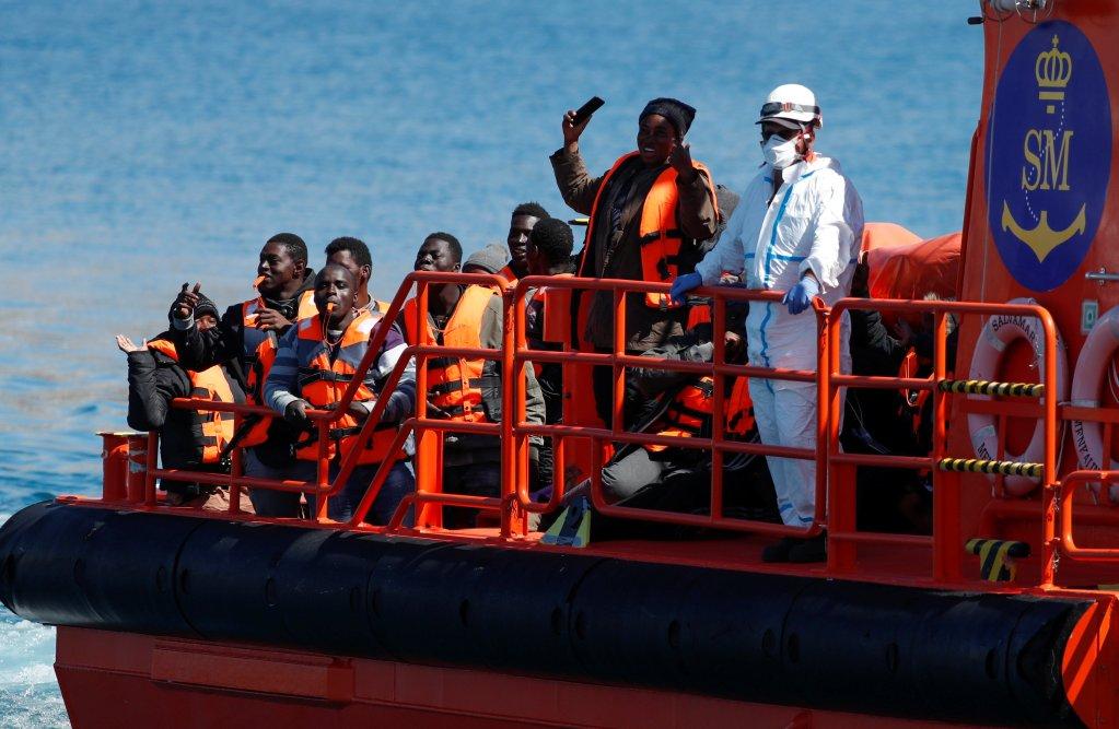 Des migrants secourus par les garde-côtes espagnols, le 30 mars 2020. Crédit : Reuters