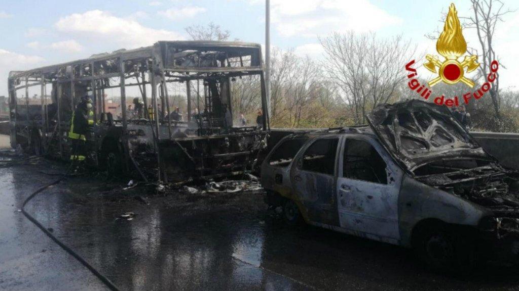 Le bus scolaire incendié le 20 mars 2019 près de Milan. Crédit : Ansa / US Vigili Del Fuoco