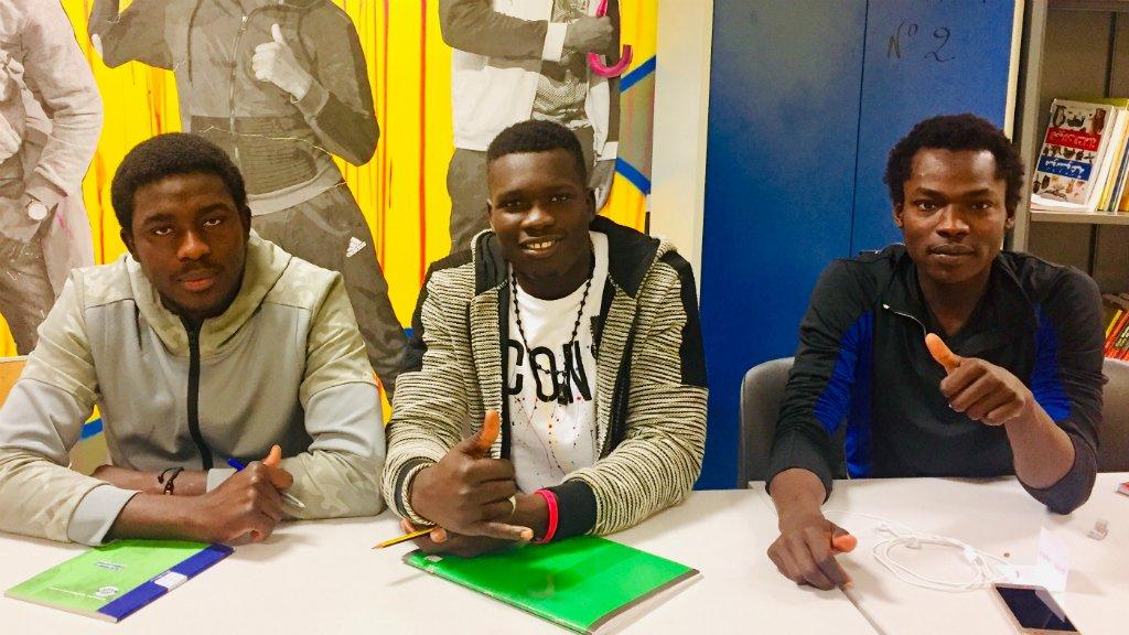 Babacar Diouf du Sénégal, Moussa Issa du Tchad et Hassan Abdullah également du Tchad prennent les cours de français de Marie-France Etchegoin tous les lundis soir. Crédit : InfoMigrants