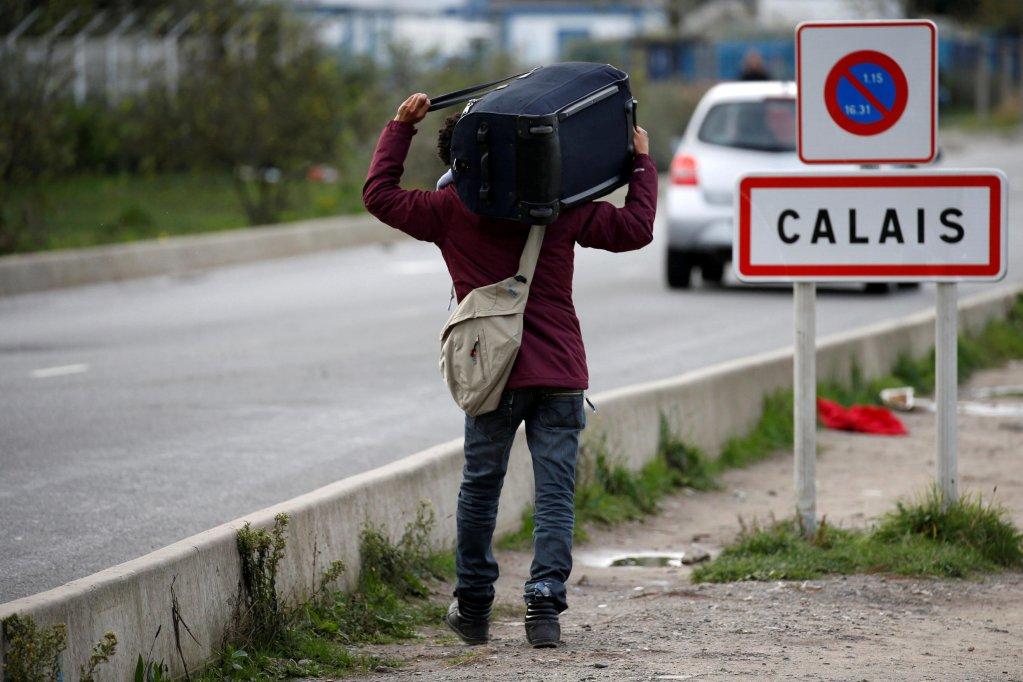 Reuters/Pascal Rossignol/File Photo |Un migrant transporte ses maigres bagages à son départ du camp démantelé de Calais, appelé la «jungle», octobre 2016.