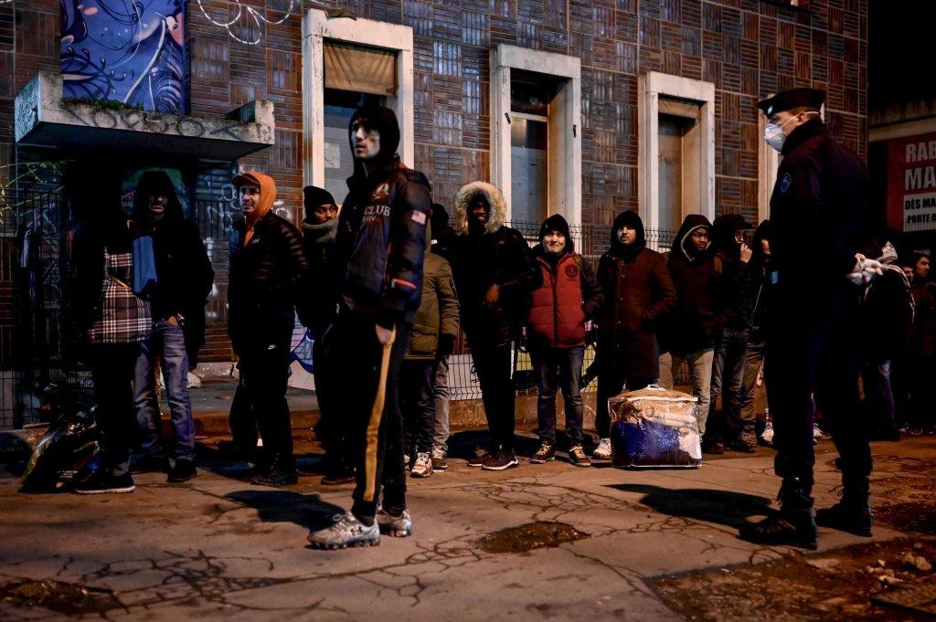 Philippe LOPEZ / AFP |Migrants en attente d'être évacués par la police à Aubervilliers, le 28 janvier 2020.