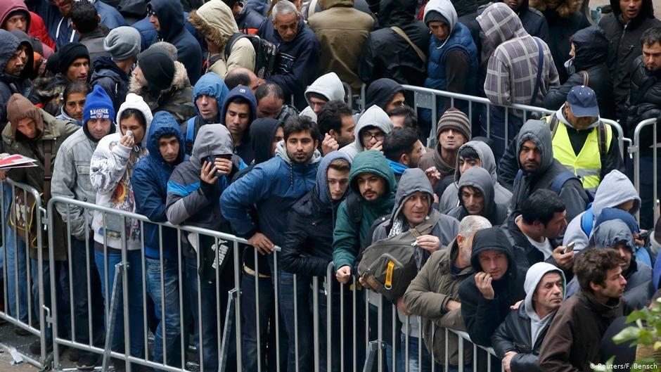 صورة من الأرشيف يظهر فيها مهاجرين ينتظرون في طوابير طويلة من أجل تسجيل اللجوء في ألمانيا