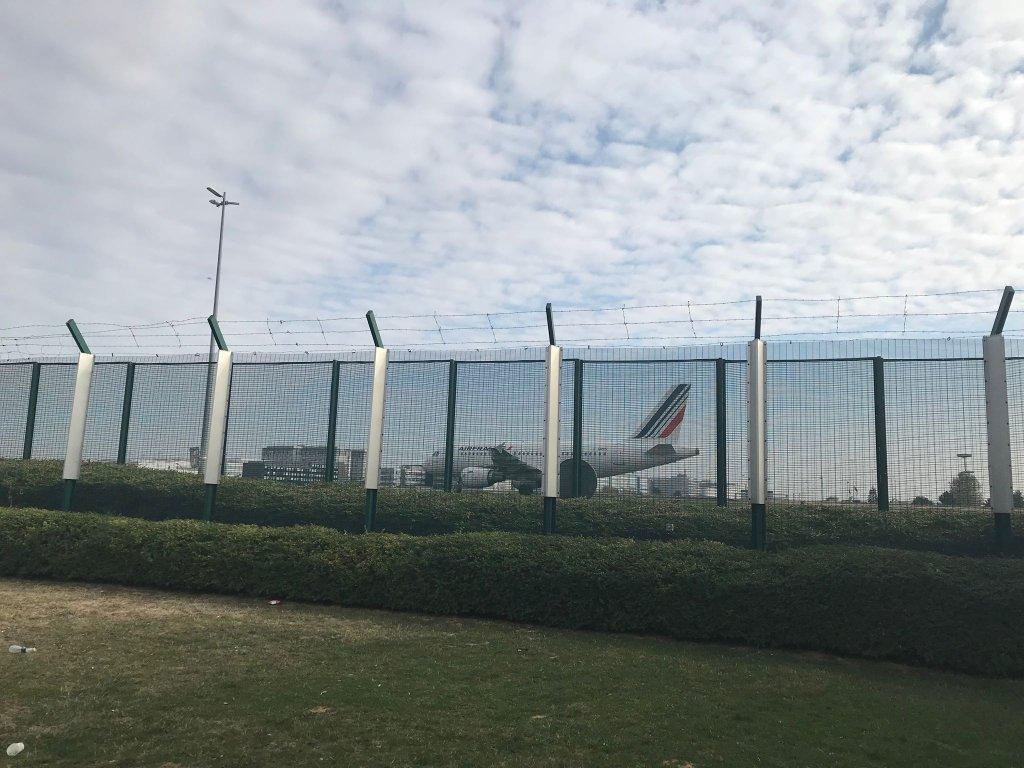 Vue de l'aéroport Roissy Charle-de-Gaulle depuis la ZAPI (zone d'instance pour les personnes en attente). Crédit : InfoMigrants