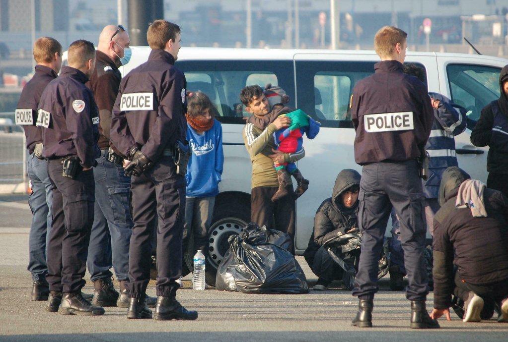 BERNARD BARRON / AFP |Des officiers de police contrôlent une famille de migrants près du port de Calais, le 9 avril 2020.