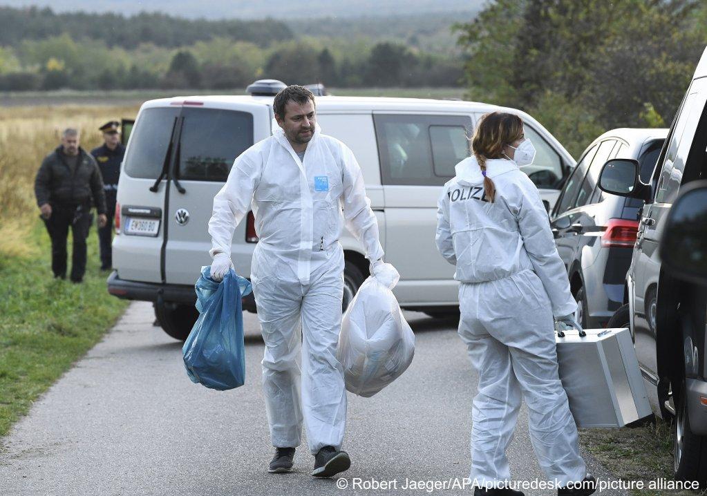 در نتیجه بازرسی پولیس اتریش، معلوم شد که ۲۸ مهاجر غیرقانونی در فضای بسیار تنگ داخل وان انبار شده و دو تن از آنها جان خود را از دست دادهاند، ۱۹ اکتوبر ۲۰۲۱. عکس از پیکچر الیانس