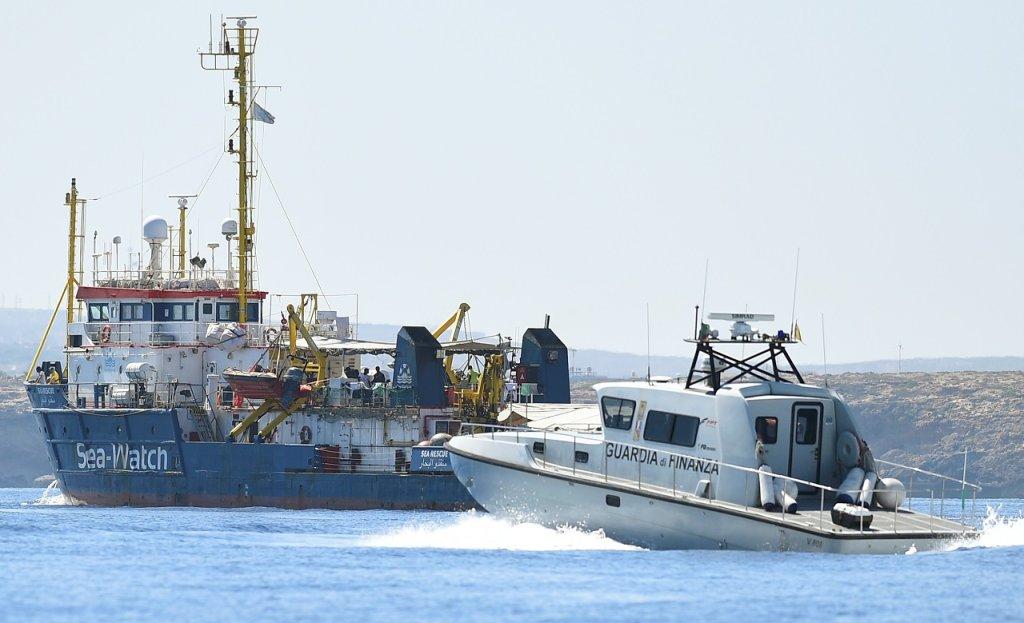 کشتی سی واچ در نزدیکی بندر لامپدوسا، روز ٢٦ جون ٢٠١٩.  عکس از رویترز