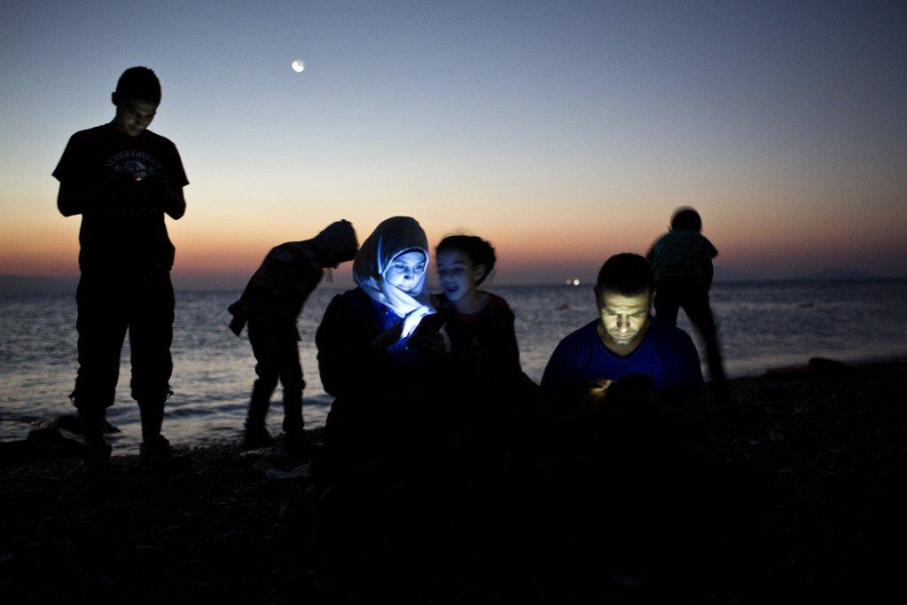 ANGELOS TZORTZINIS / AFP |En France, les autorités ne peuvent surveiller les données mobiles des migrants pour des procédures administratives telles que des demandes d'asile, sauf dans le cadre de la lutte contre le terrorisme. (photo d'illustration)