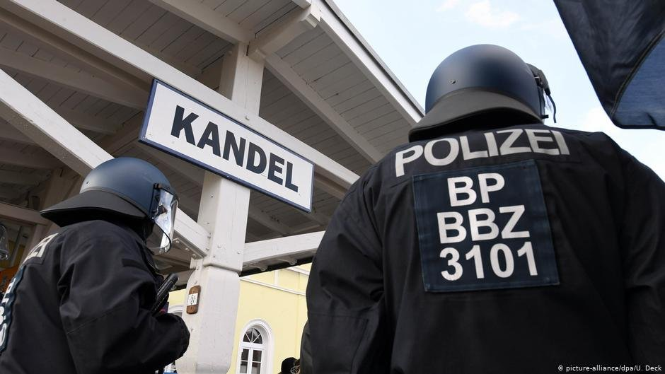 Police secure the train station in Kandel, germany in 2018 amid protests over a teen's death | Photo: Picture-alliance/dpa/U.Deck