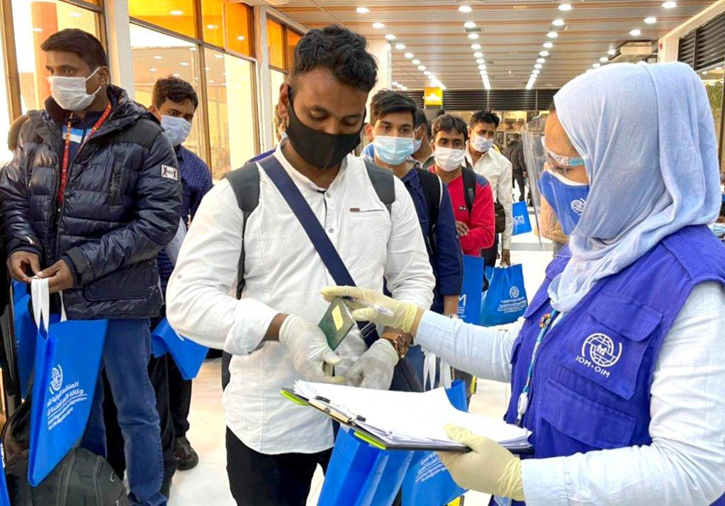 IOM staff facilitating the return at the Hazrat Shahjalal International Airport, Dhaka | Photo: IOM