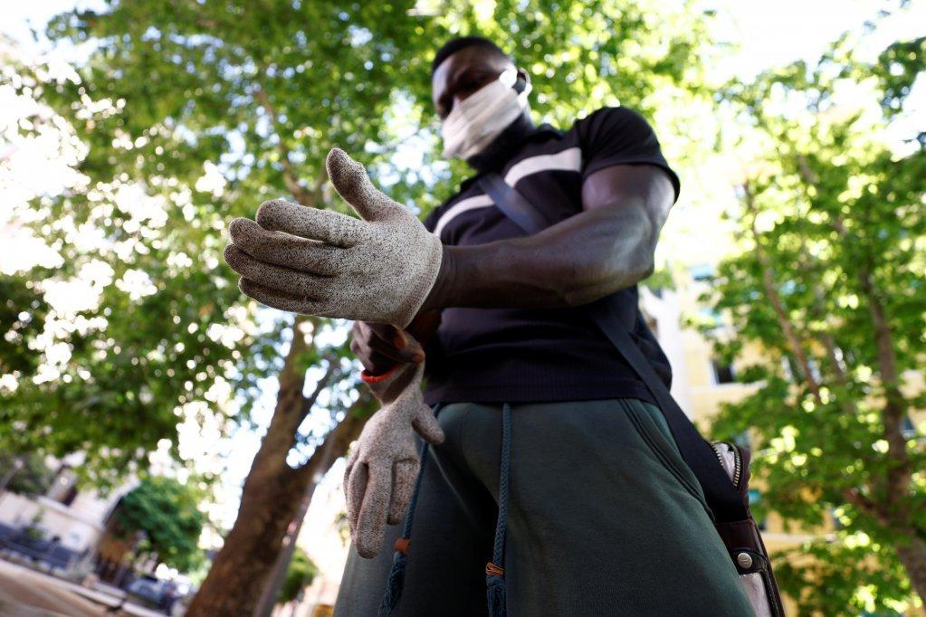 یک نظافتکار افریقایی در یکی از جادههای ایتالیا، ۳ جون ۲۰۲۱. عکس از  رویترز