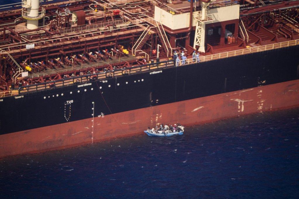 Près de 30 migrants sont bloqués à bord d'un pétrolier au large de Malte depuis début août. Crédit : Sea-Watch